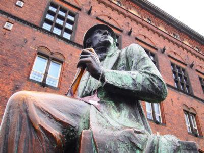 コペンハーゲン市庁舎前に建つアンデルセンの像