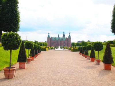 フレデリクスボー城を庭園の奥から