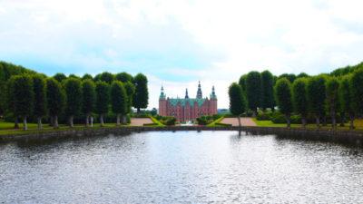 フレデリクスボー城を庭園奥から