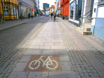 オーデンセの石畳に自転車専用道マーク
