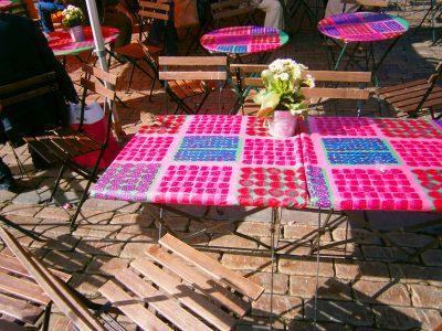 市場のテーブルクロスがマリメッコ柄