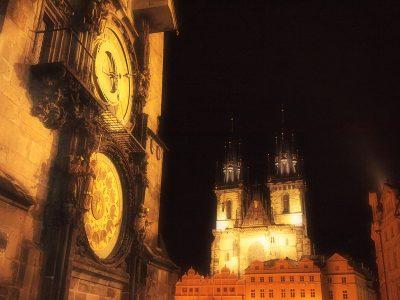 旧市庁舎の時計とティーン教会