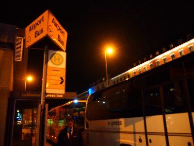 ミュンヘン中央駅のエアポートバス乗り場