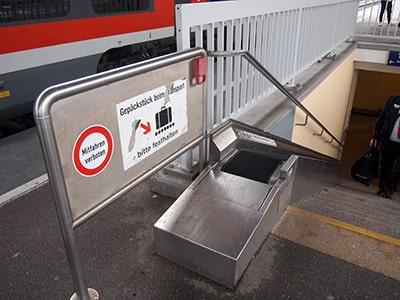 DBスーツケースを乗せるためのコンベア