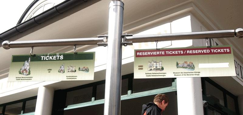 ノイシュヴァンシュタイン城のチケットセンター看板