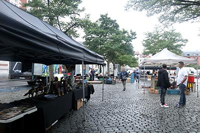 雨の日のジュ・ド・バル広場蚤の市