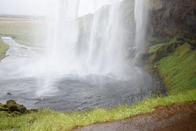 セリャラントスフォスSeljalandsfoss滝の裏側から