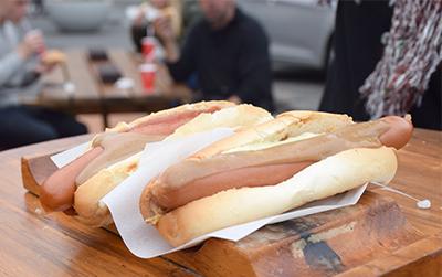 レイキャビクにあるバイヤリンス・ベストゥ・ピルスルのホットドッグ