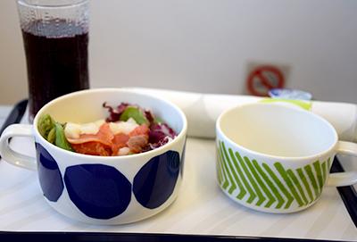 フィンエアー短距離路線のビジネスクラス機内食もマリメッコの食器