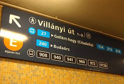 ブダペストの地下鉄構内バス案内