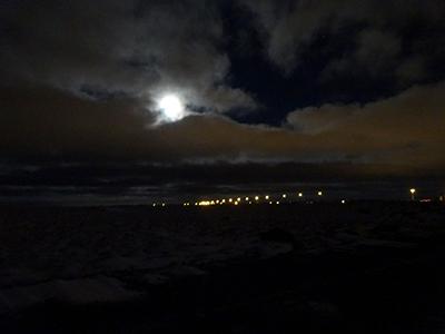 夜のケプラヴィーク空港周辺