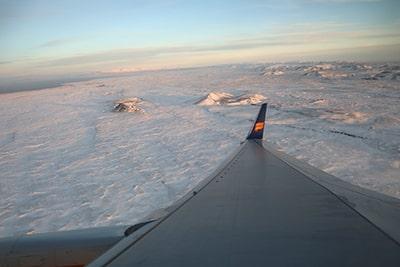 冬のアイスランド航空機内からの眺め