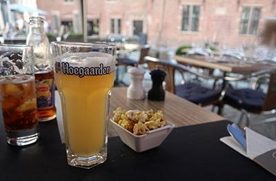 ブルージュレストランのテラスでヒューガルデン・ホワイト
