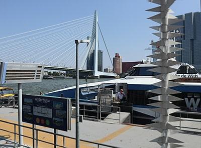 エラスムス橋と水上バスのりば