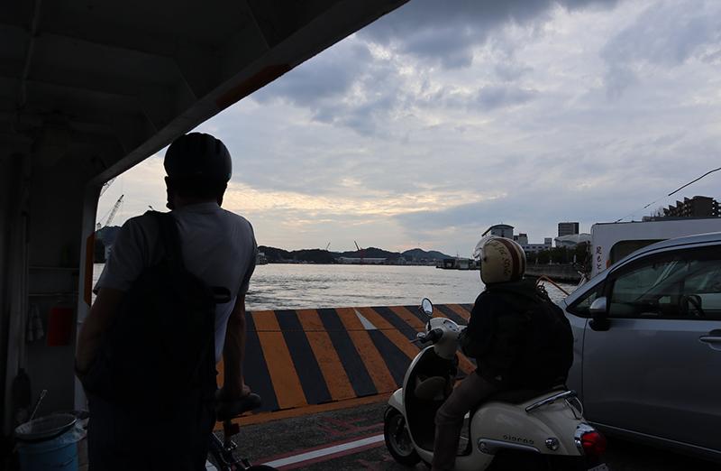 渡船の船内