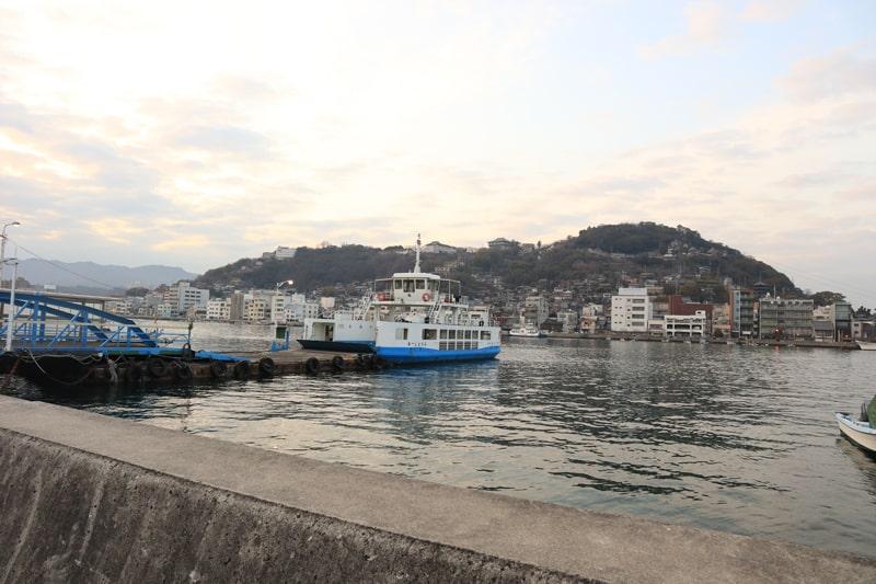 向島から見る尾道市街と尾道渡船